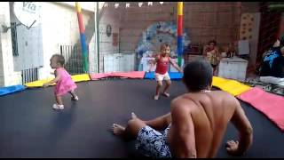 Avô maltrata os netos