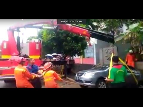 Rescue damkar jakarta selatan evakuasi mobil tercebur kali bintaro