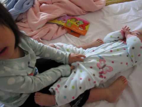 【大眼艾】可愛的3歲姊姊想幫小妹妹換尿布