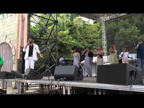 "Kurt Carr & The Kurt Carr Singers ""Medley Of Songs"" Six Flags America Praise In The Park"