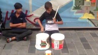 Minik Çocuktan Kovalarla Bateri Şov - Taksim Sokak Sanatçıları