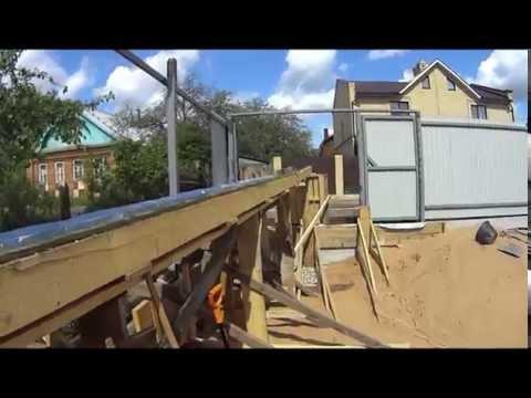 Приемка бетона из миксера вдвоем. Заливка бетона по лотку 8 метров за 28 минут.