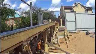 приемка бетона из миксера вдвоем. Заливка бетона по лотку 8 метров за 28 минут