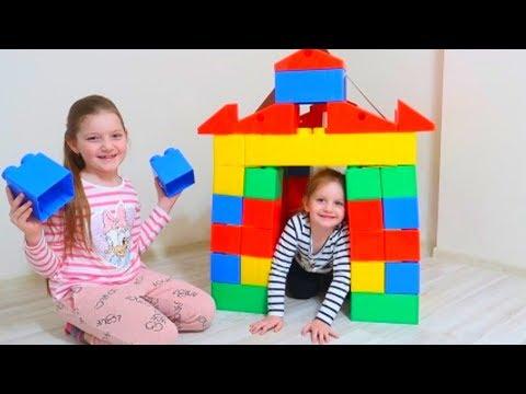 Sofia si Sara isi construesc casa noua cu blocuri de constructie