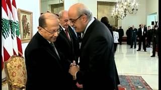 شاهد.. سعد الحريري يرفض مصافحة سفير الأسد في بيروت