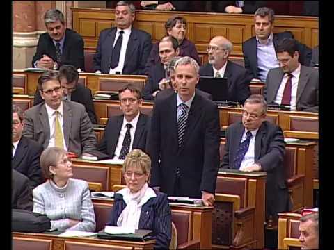 Soltész Miklós (KDNP) beolvas a szocialistáknak
