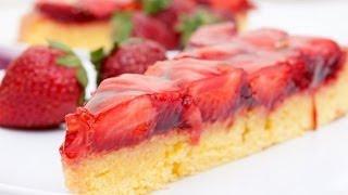 Бисквитный пирог с желе и клубникой