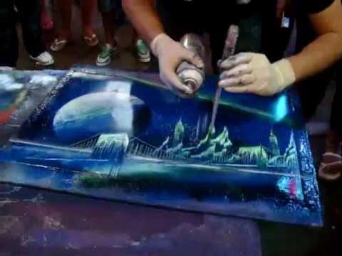 Artista callejero pintando arte en cartulina usando solo - Pintura con spray ...
