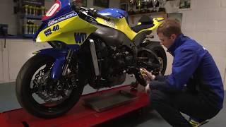 Nettoyer le carter de moteur de sa moto avec le Nettoyant Freins WD-40 Specialist Moto