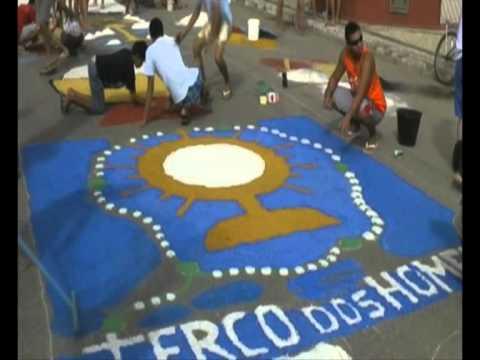 Desenhos E Figuras Com Sal Ornamentam Tapete De Rua Na Festa De