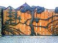 Оригинальные ворота из металла и деревянной доски ковка дерево необычные