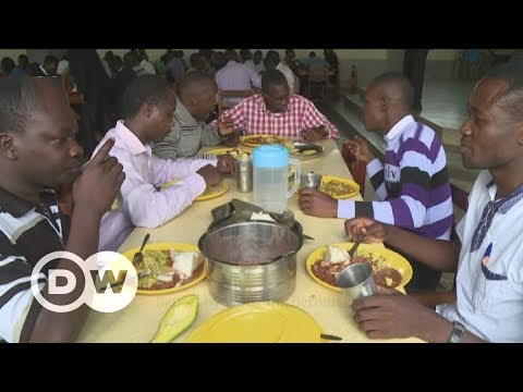 Filtering drinking water for students in Uganda | DW English