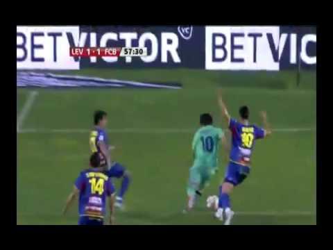 """Một mình Lionel Messi """"chấp"""" 5 cầu thủ đối phương"""