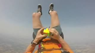 落ちながらルービックキューブ挑戦!親方!空からルービックキューブが!スカイダイビングをしつつパラシュート開くまでにルービックキューブを完成させようと挑戦します。分かってるけど手に汗握っちゃう^^;
