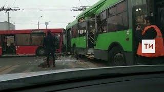 В Казани сняли на видео столкновение автобуса и троллейбуса