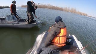 Рыбалка с лодки на спиннинг Выручили подсаком