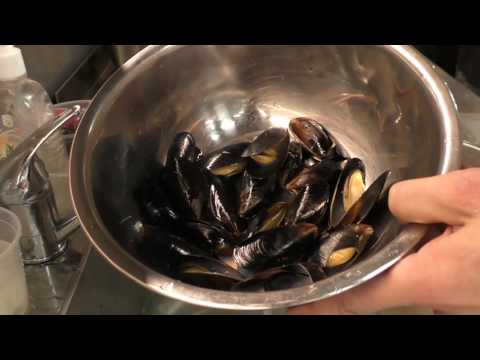 Как чистить Мидии/How to clean mussels #seafood #mussels