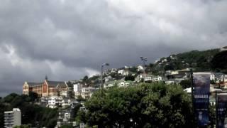 "Wellington (in lingua maori te whanganui-a-tara, ovvero ""il grande porto di tara; o poneke, una mera translitterazione ""port nick"") è la capitale e..."