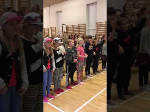 Nyborg privat realskole synger, danser og rapper.