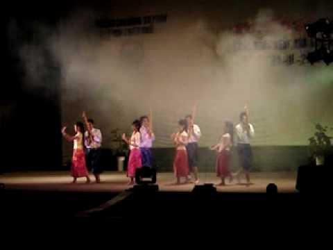 Lao students in Hue-dance sieng khen Lao