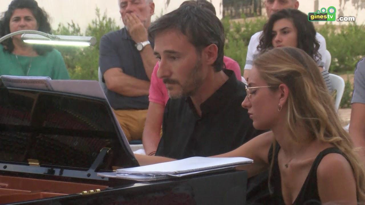 La 'escena' se encendió en Gines para acoger el concierto de piano 'De ángeles y demonios'