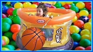 Дитина баскетбол дитячий перетворюють іграшкових павуків в кольорові кульки - величезні надувні спортивні іграшки м'яч ями