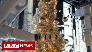 Robots decorate a Christmas tree - BBC News