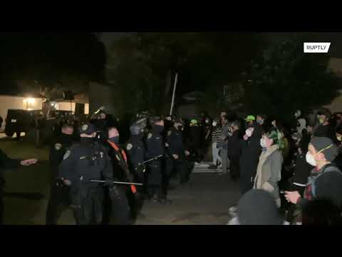 USA: LA activists confront police over occupation of state-owned homes