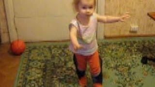 Танцующий ребенок в огромных тапках. Ржачка!(Танцующий ребенок в огромных тапках.Самые смешные видео про детей на этом канале. Приколы с детьми. Детский..., 2014-03-04T06:02:01.000Z)