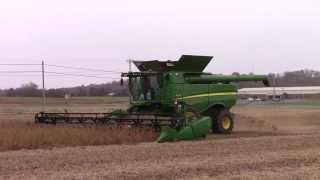 John Deere S680 Combine Harvesting Soybeans with a John Deere 640FD HydraFlex Draper