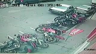 Inabilitado bate contra 8 motos e um carro no Centro de Pará de Minas