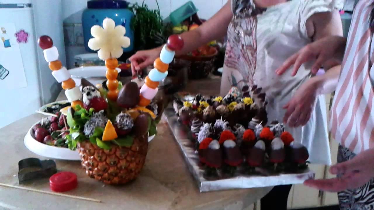 Frutillas de chocolate decoradas y un adorno frutal en for Centros de mesa con pinas