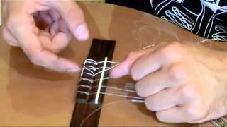 Натягиваем нейлоновые струны на классическую гитару(Пост с видео опубликован у меня на сайте Рекомендую бесплатный курс с подробнейшими разборами популярных..., 2013-07-01T20:19:43.000Z)