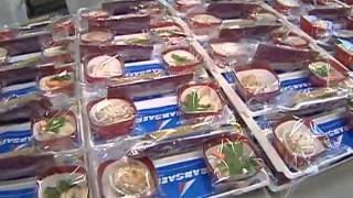 видео: Загадки самолетной еды: почему сок - томатный, чай - холодный, а пища - пресная