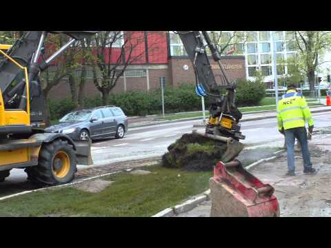 Digging up a burst hot water pipe in Linköping, Sweden