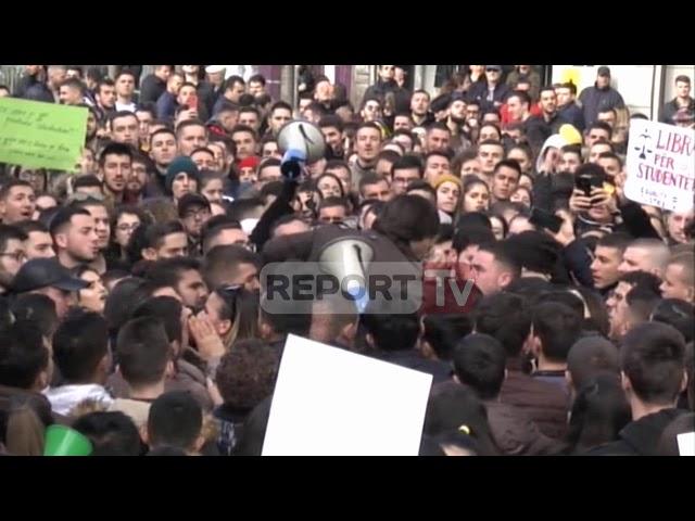 Report Tv-Incident në protestë, studentët i heqin megafonin dhe largojnë pedagogun e lëvizjes