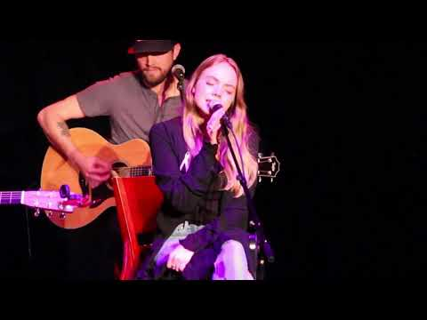 Worth It - Danielle Bradbery WQMX (09/26/2017)