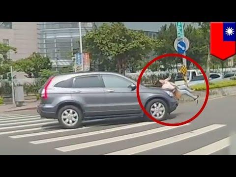 Wanita ditabrak di zebra cross, tertangkap kamera - Tomonews