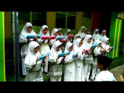 Peringatan Hari Pahlawan siswi-siswi SDIT WADI FATIMAH Bernyanyi dengan Pianika lagu gugur bunga