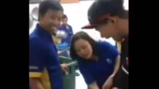 Download Video VIDEO LUCU SI CEWEK SURUH PEGANG PUNYA COWO MP3 3GP MP4