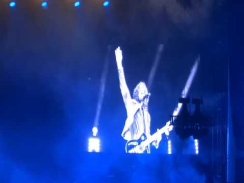 Incubus and the lead singer from Cage The Elephant honor Chris Cornell and sing