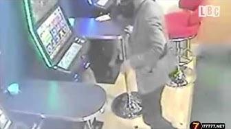 Spieler zerstört Automaten mit Stuhl