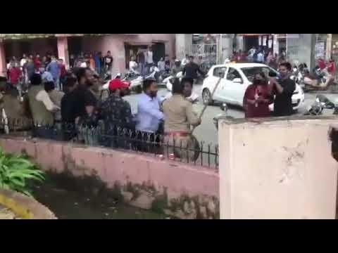 डीएवी पीजी कॉलेज में  2 छात्र गुट आपस में भिड़े, पुलिस ने किया लाठीचार्ज