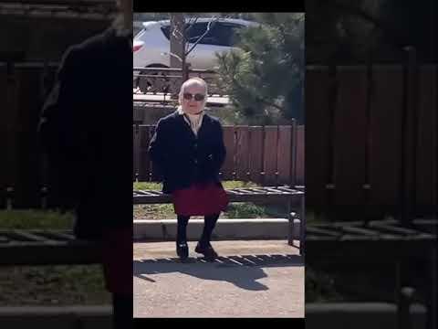бабушка болтает ногами