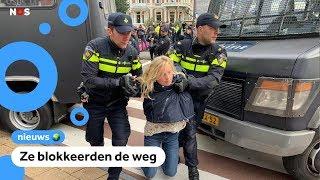 Politie pakt mensen op bij klimaatprotest in Amsterdam