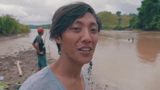 Lihat !!! Sampai Harus Turun Ke Sungai Saat Pancing Ditarik Ikan Besar
