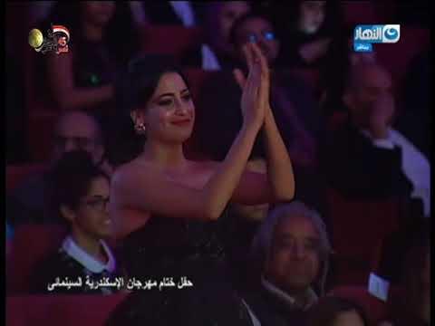 شاهد ورطة 'وفاء عامر' و المخرج علي بدرخان علي المسرح ف 'مهرجان الاسكندرية السينمائي'