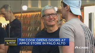 Gambar cover Tim Cook visits Apple Store as new iPhones go on sale
