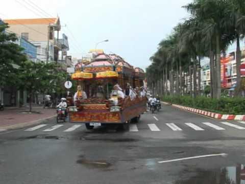 Nhac sy Hoang Phuc dam tang me (tren duong tien dua linh cuu ve nghia trang )