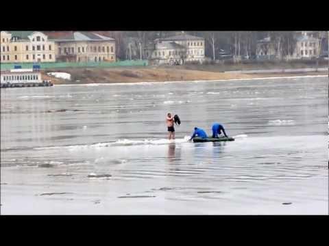 Кострома, весна, придурок на льдине.wmv